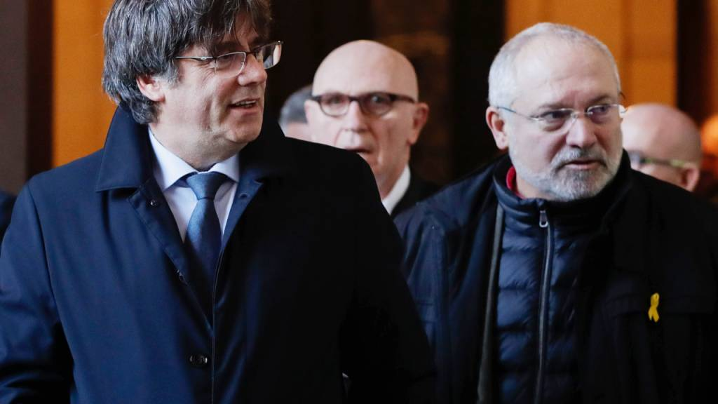 Der spanische Oberste Gerichtshof hat weitere internationale Haftbefehle gegen Ex-Mitglieder der katalanischen Regionalregierung erlassen. So etwa gegen den ehemaligen Regionalminister Lluis Puig (rechts).