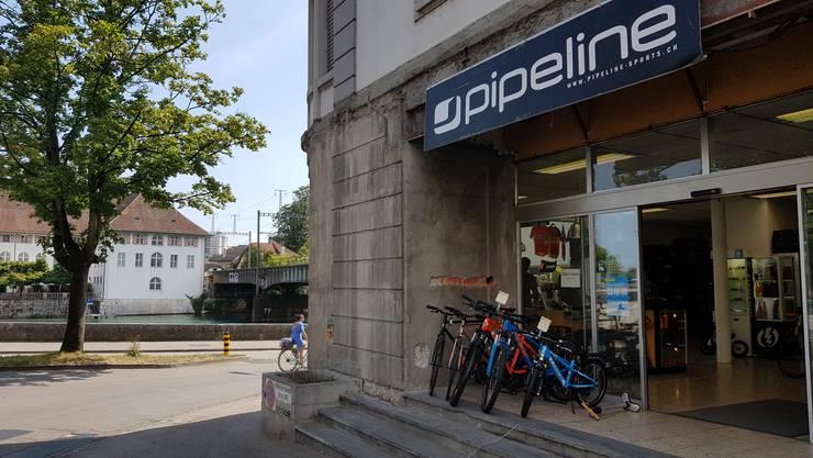 Der Laden Pipeline am Solothurner Aareufer