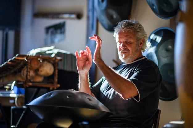 Edi Geiser spielt sein Hang voller Leidenschaft