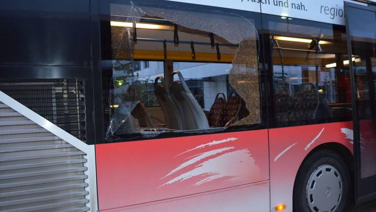 Die Unbekannten haben einen Gegenstand gegen den Bus gefahren. Das Fenster zerbrach.