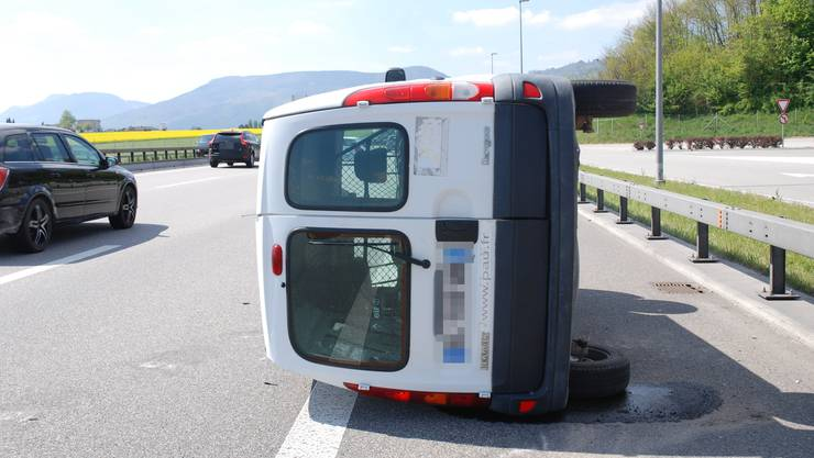 Am Sonntagnachmittag ist ein Lieferwagen auf der Autobahn A1 ins Schleudern geraten und zur Seite gekippt. Verletzt wurde niemand.