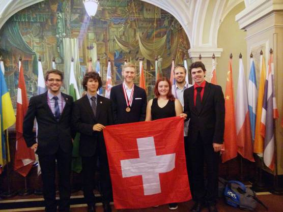 Der Kantischüler aus Arch (BE) (mitte) mit dem Rest des Schweizer Teams und der Bronzemedaille