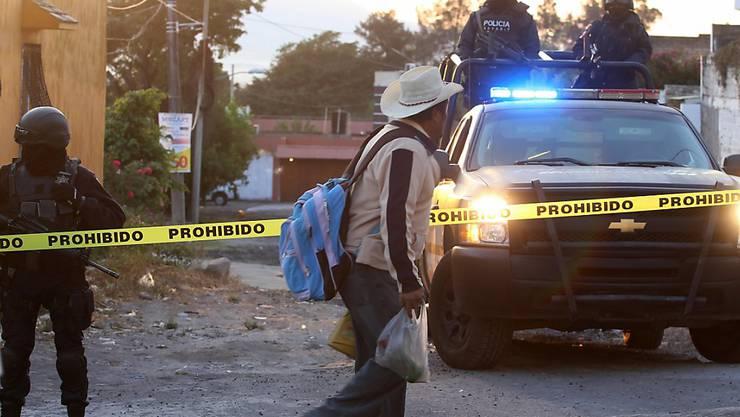 Schwer bewaffnete mexikanische Polizisten am Ort der Schiesserei, bei der nach Behördenangaben ein Regionalchef eines Verbrecherkartells getötet wurde.