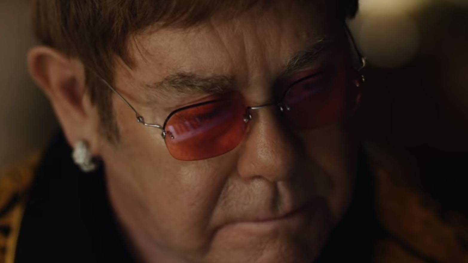 Elton John sitzt am Klavier für die Werbung eines John Lewis-Werbung.