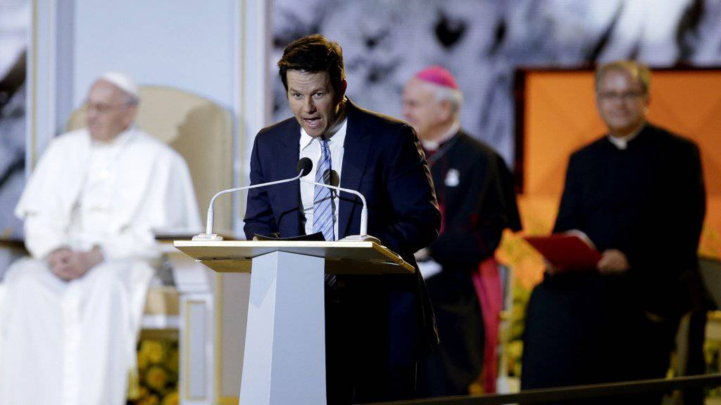 Mark Wahlberg im Vordergrund, Papst Franziskus hinten links am Samstag auf dem Fest der Familien in  Philadelphia.