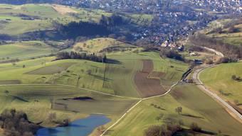 Der Eichener See 2006, dahinter im Tal Eichen und im Anschluss die Stadt Schopfheim. Luftbild: Erich Meyer
