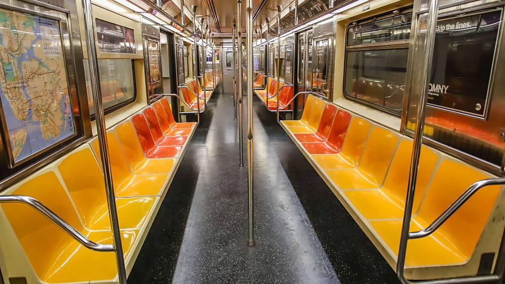 ARCHIV - Die Zahl der Fahrgäste in der New Yorker U-Bahn war zu Beginn der Pandemie stark gesunken, zuletzt aber wieder angestiegen. Foto: Vanessa Carvalho/ZUMA Wire/dpa