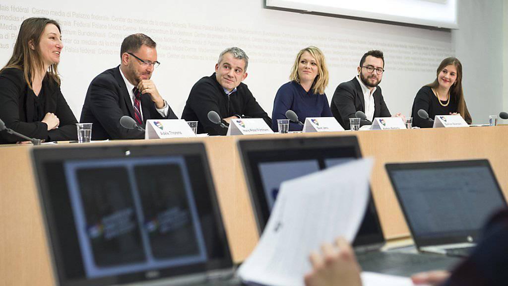 Das Komitee «Nein zur rückständigen CVP-Ehe-Initiative» warnt vor Steuergeschenken für Reiche und der Diskriminierung Homosexueller.