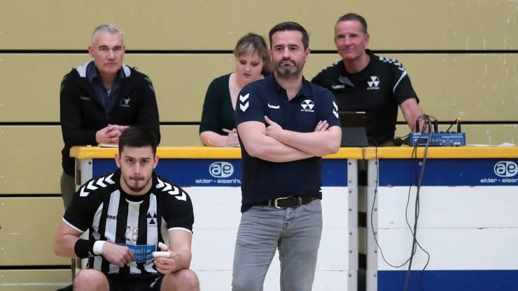 Triste Aussichten: Ex-RTV-Trainer Christian Meier und Neuzugang Srdjan Predragovic schauen bei der Niederlage gegen Aarau bedröppelt von draussen zu.