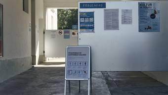 Neben den Corona-Schutzmassnahmen findet man am Eingang des Frauelis auch die Regeln, die im Frauenbad vorherrschen.