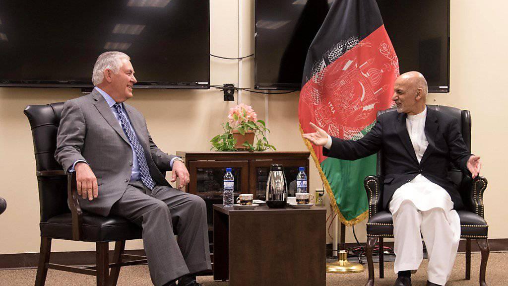 US-Aussenminister Rex Tillerson ist nach einem Überraschungsbesuch in Afghanistan bei dem Präsidenten Aschraf Ghani auch unerwartet in den Irak gereist und mit dem irakischen Regierungschef Haider al-Abadi zusammengekommen.