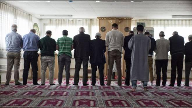 Muslime beim Mittagsgebet in Pratteln: Ende Monat müssen sie ihre Moschee nach zehn Jahren verlassen. Foto: Roland Schmid