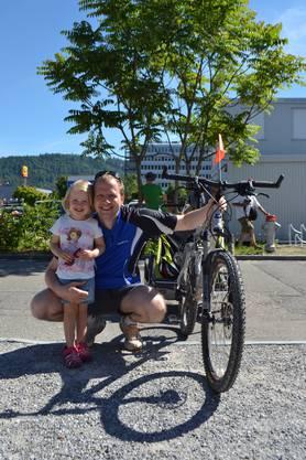 «Mein Ziel ist es, einmal in der Woche mit dem Velo zur Arbeit zu fahren», sagte der Familienvater. Sein Stöckli-Bike werde definitiv zu selten genutzt, aber solche Ausflüge wie am Velotag seien eine gute Gelegenheit, das Fahrrad wieder hervorzuholen. Zusammen mit seiner kleinen Tochter im Veloanhänger, die sich sichtlich über den speziellen Ausflug freute, besuchte er den Anlass: «Wir nehmen als Familie meistens am Slow-Up teil, aber sonst sind wir weniger mit dem Velo unterwegs», meinte er. Vielleicht ändere sich das, wenn die jüngere Tochter älter ist, die mit Frau und Kinderwagen ebenfalls bei der Umweltarena anzutreffen war.
