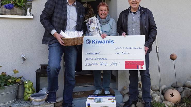 Checkübergabe: Marlene Grieder, Präsidentin des Vereins Liberdade Schweiz, flankiert von Jörg Schluep, Chairman Wachstum (links) und Roland Leuenberger, Chairman Social Activity. (mgt)