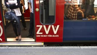 Ein Mann ist im Bahnhof Stettbach neben das Gleis einer einfahrenden S-Bahn gestürzt. (Symbolbild)