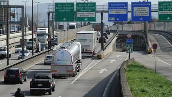 Der Unterhalt von Nationalstrassen soll künftig über den Strassenfonds finanziert werden: Autobahn in Basel.Juri Junkov