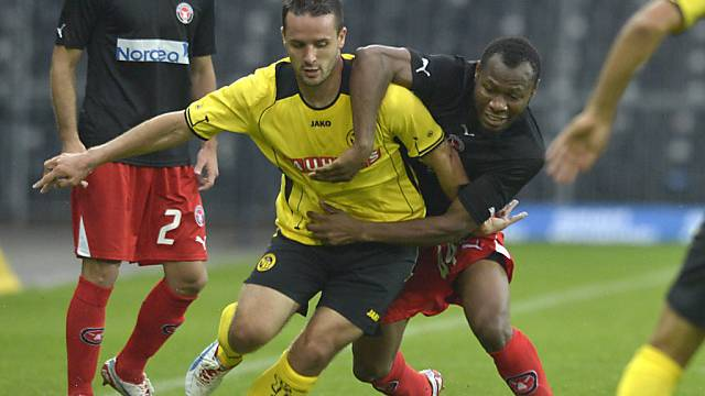 Young Boy Nuzzolo (r.) setzt sich gegen Sylvester Igboun zur Wehr.
