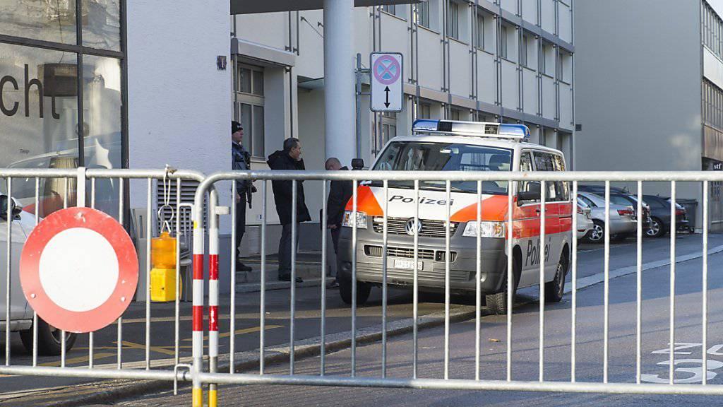 Die Zürcher Stadtpolizei hat am Donnerstag wegen verdächtiger Personen die Strasse vor einer jüdischen Tagesschule gesperrt.