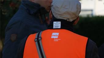 Vertreter der Gewerkschaft Unia suchen am Dienstag, als Novartis die Mitarbeitenden über den Stellenabbau orientiert, das Gespräch. dka