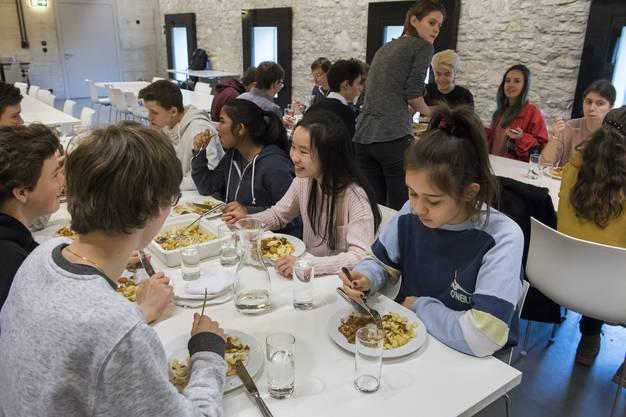 Ganz im Gegenteil: Hier fühlt man sich ans gemeinsame Essen mit der Familie erinnert – ruhig, manierlich und mit genügend Zeit für Gespräche und Verdauungspausen.