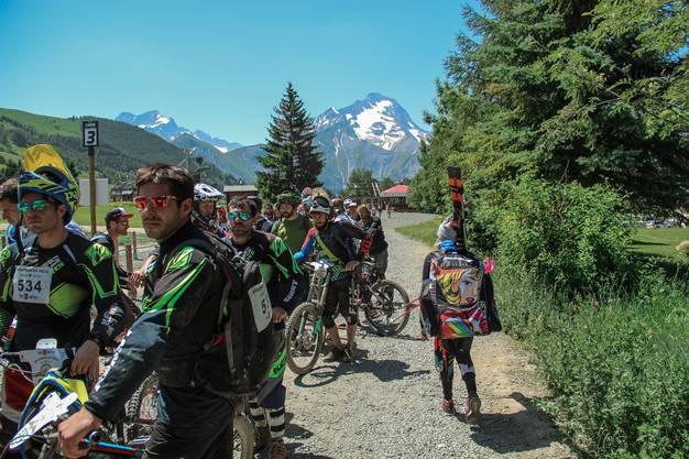 Während die Biker den Sommer feiern, wird auf dem Gletscher noch Ski gefahren.