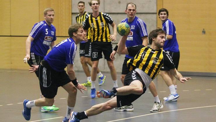 Severin Ganz (Tigers) setzt sich gegen die HCDU-Verteidigung durch