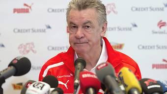 Ottmar Hitzfeld an einer Pressekonferenz vor dem Spiel gegen Zypern