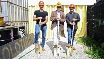 Durch einen Spatenstich von Reto Mosimann, Rolf Studer und Pipo Kofmehl wurden die Arbeiten für den Anbau der Kulturfabrik eröffnet.