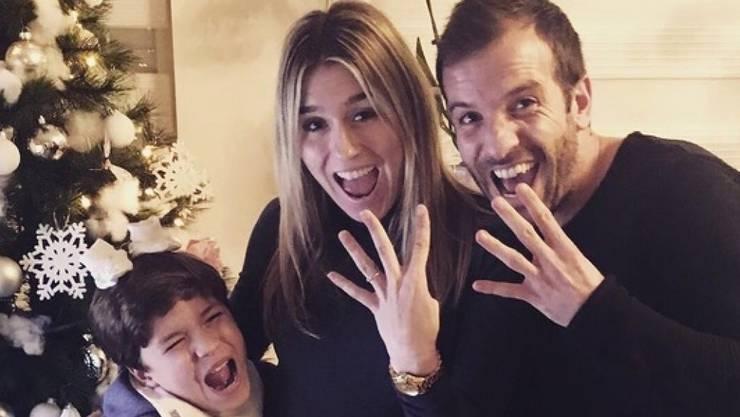Sind bald zu viert: Rafael van der Vaart (r), Sohn Damian (l) und die werdende Mutter Estavana Polman. (Twitter)