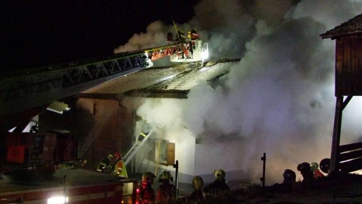 Der Hausbrand in Fanas im Prättigau am frühen Mittwochmorgen richtete sehr grossen Sachschaden an.