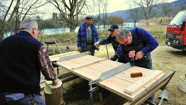 Die Seniorenarbeitsgruppe beim Bau des Rastplatzes am Flösserweg in Rheinsulz.