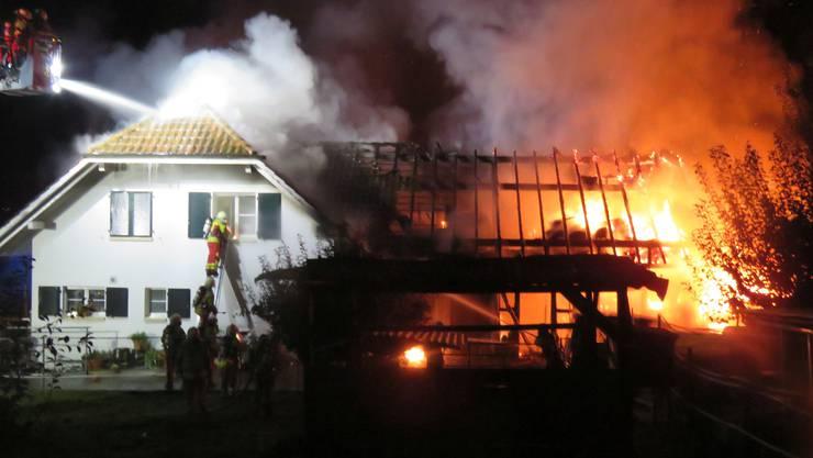 Das Wohnhaus konnten die Feuerwehrleute sichern. Es wurde gleichwohl stark beschädigt.