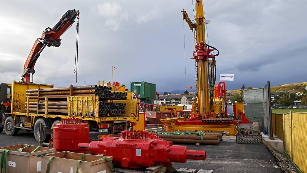 Geothermische Probebohrung in Lully bei Genf im November 2019. Für das Pilotprojekt in Haute-Sorne (JU) wird das Sicherheitsnetz engmaschiger. Damit will man das Risiko für befürchtete Erdbeben weiter verkleinern. (Themenbild)