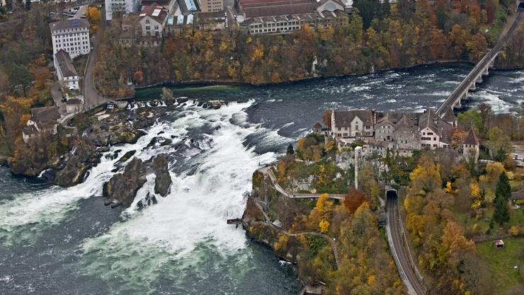 Das Schloss Laufen, rechts, mit dem Rheinfall und der Stadt Neuhausen, Kanton Schaffhausen.