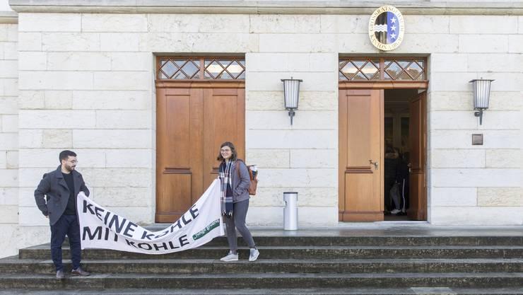 Die Jungen Grünen forderten die Grossräte vor ihrer letzten Sitzung vergeblich dazu auf, die Divestment-Vorstösse der Grünen anzunehmen.