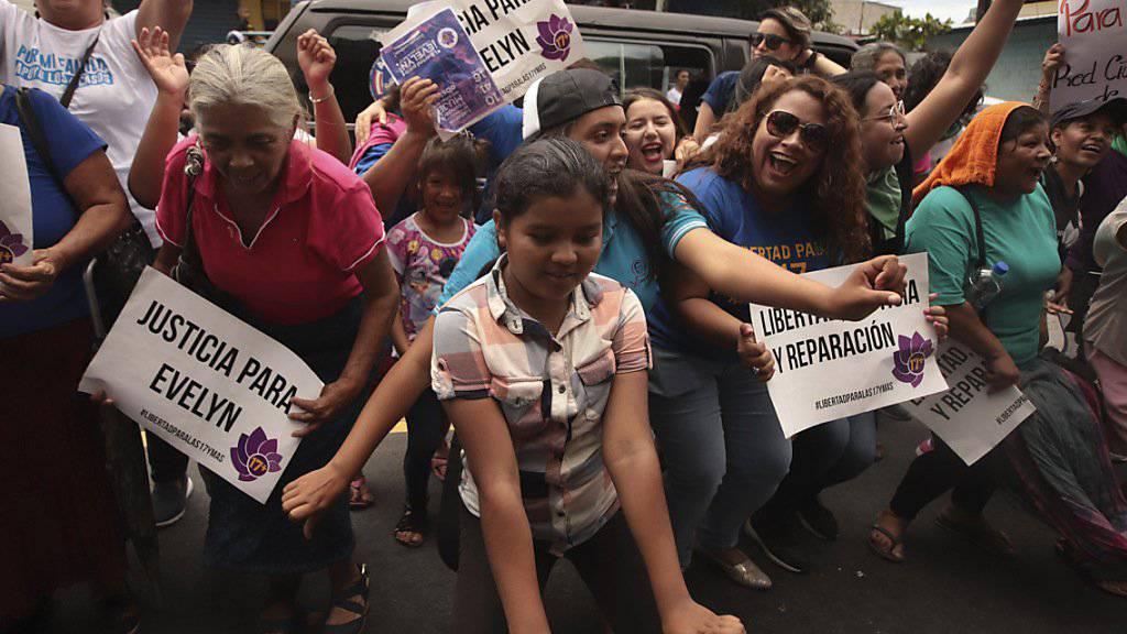 Frauen und Mädchen feiern den Freispruch von Evelyn Hernandez. Die junge Frau war nach einer mutmasslichen Totgeburt in El Salvador des Mordes angeklagt worden. (Foto: Salvador Melendez/AP Keystone)