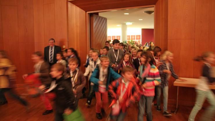 Die Kinder stürmen den Saal