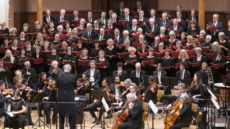 Es wurde eng auf der Konzertsaalbühne fürs Orchester, die Solisten und den Konzertchor.