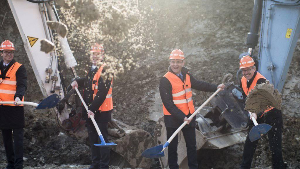 Der Aargauer Baudirektor Stephan Attiger, Rudolf Sperlich vom Bundesamt für Verkehr, SBB-Konzernleitungsmitglied Philippe Gauderon und Peter Jedelhauser, Leiter Projekte Nord-Süd-Achse Gotthard, nehmen den symbolischen Spatenstich zum Bau des neuen Bözbergtunnels vor.