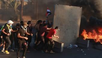 Demonstranten hatten am Freitag in Bagdad Reifen in Brand gesetzt. Sicherheitskräfte schossen in die Menge. (Bild vom 4. Oktober)