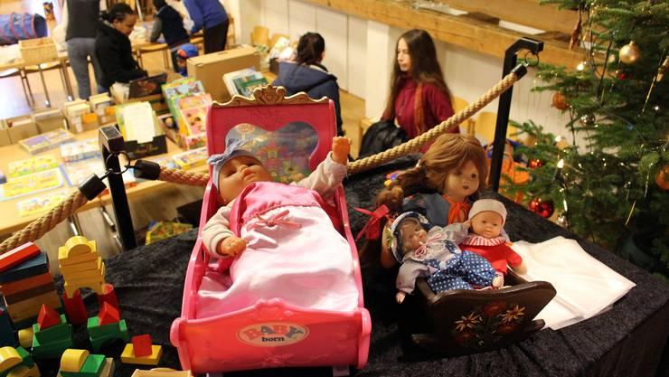 Puppen mitsamt Bettchen sind vor allem bei den jungen  Besucherinnen beliebt