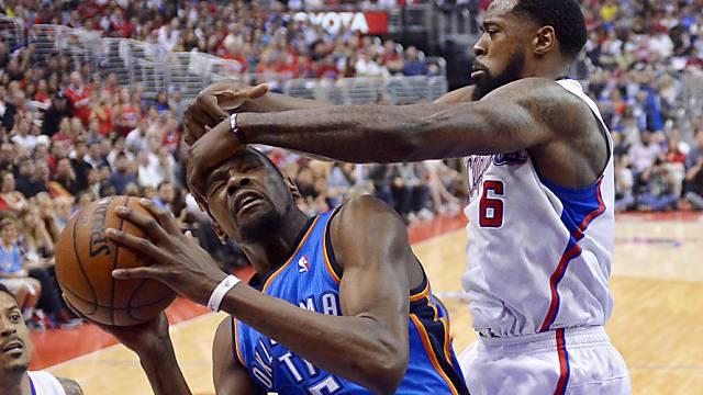 Kevin Durant (l.) wird von DeAndre Jordan hart bedrängt
