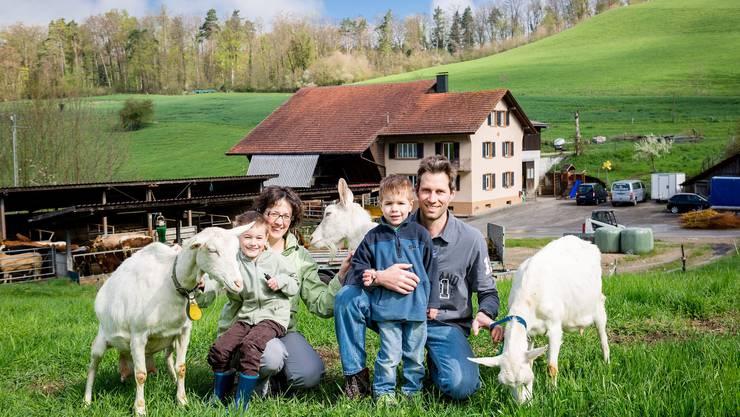 Familie Wüthrich (von links: Leo, Mutter Karin, Mario und Vater Thomas) gemeinsam mit drei Saanen-Geissen. In der Mitte die freche Ziege Laura.