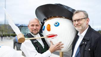 Boeoegg-Bauer Lukas Meier (links) und Grossmünsterpfarrer und Reformationsbotschafter Christoph Sigrist (rechts) mit Böögg-Kopf und dem «Zwingli-Hut»