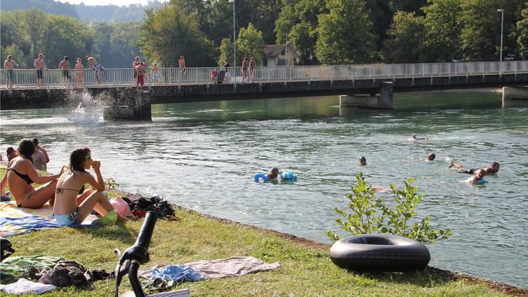 Sprung in die Aare beim «Entennest» zwischen Schönenwerd und Aarau: Der schmalere Aarekanal zwischen Schönenwerd und Aarau eignet sich bestens für gute Schwimmer.