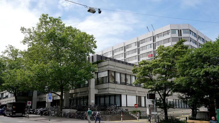 Das Universitätsspital Basel (USB, im Bild) und die Baselbieter Kantonsspitäler (KSBL) sollen in einer Spitalgruppe zusammengelegt werden.