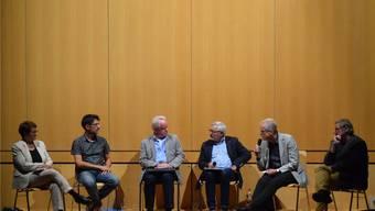 Podiumsteilnehmer Susan Gronki, René Steiner, Udo Spornitz, Moderator Mark Winkler, Rolf Knechtli und Andreas Walter (v.l.n.r.) debattierten in Witterswil über den Lehrplan 21.