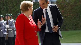 Gastgeberin Merkel empfängt den griechischen Regierungschef Mitsotakis vor dem Kanzleramt in Berlin.