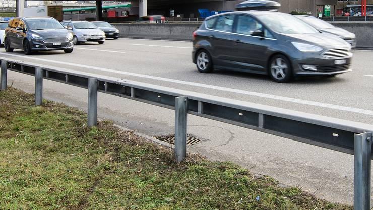 Autobahnraststätte Pratteln, Fahrtrichtung Basel, kein Hindernis für Fussgänger, die die Fahrbahn überqueren wollen.