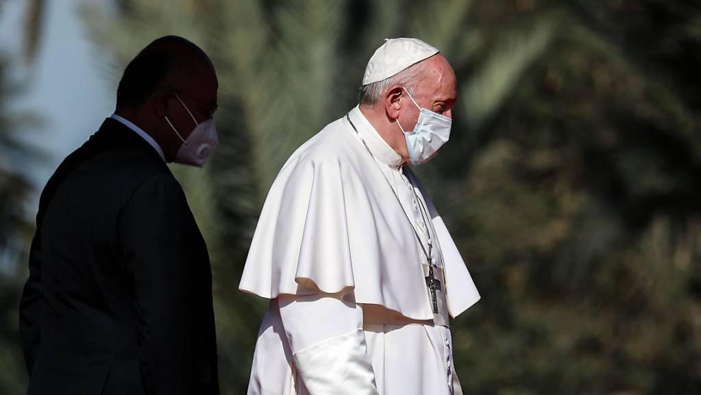 Barham Salih (l), Präsident des Irak, empfängt Papst Franziskus vor dem Präsidentenpalast. Foto: Ameer Al Mohammedaw/dpa